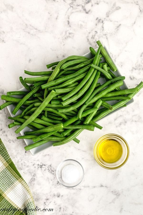 ingredients to air fryer green beans, beans, olive oil, salt.